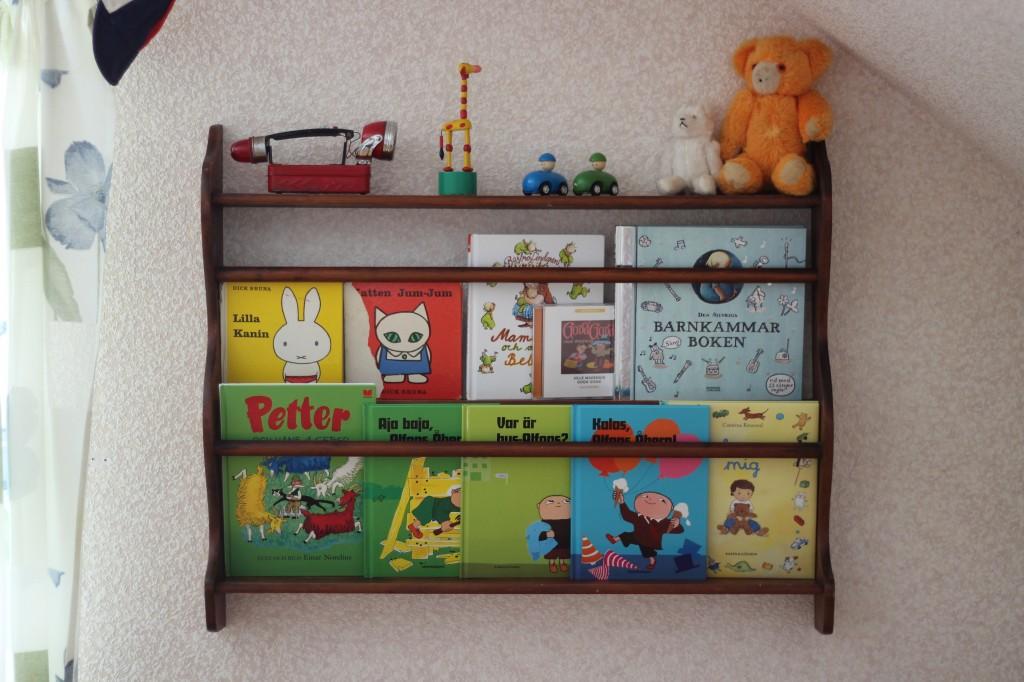 Tallrikshylla med böcker