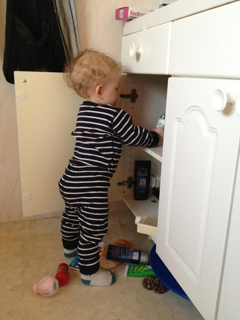 Ivar plockar ur badrumsskåpet