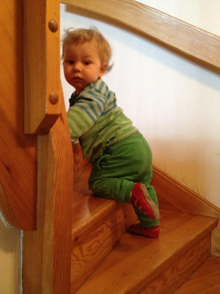 Ivar klättrar uppför trappan