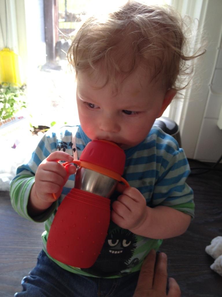 Ivar dricker ur sin nya pipmugg