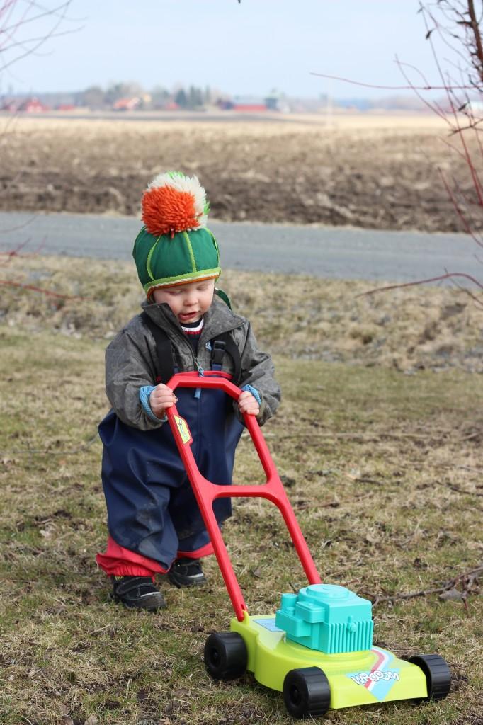 Ivar utomhus med sin gräsklippare