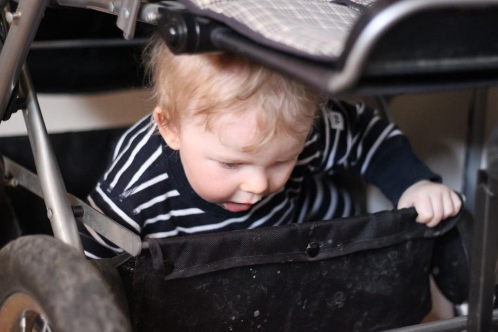 Ivar i barnvagnskorgen.