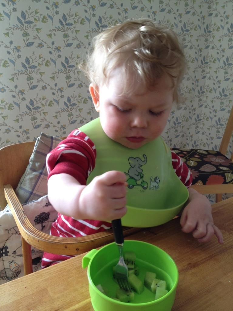 Ivar äter kiwibitar med sin nya gaffel.