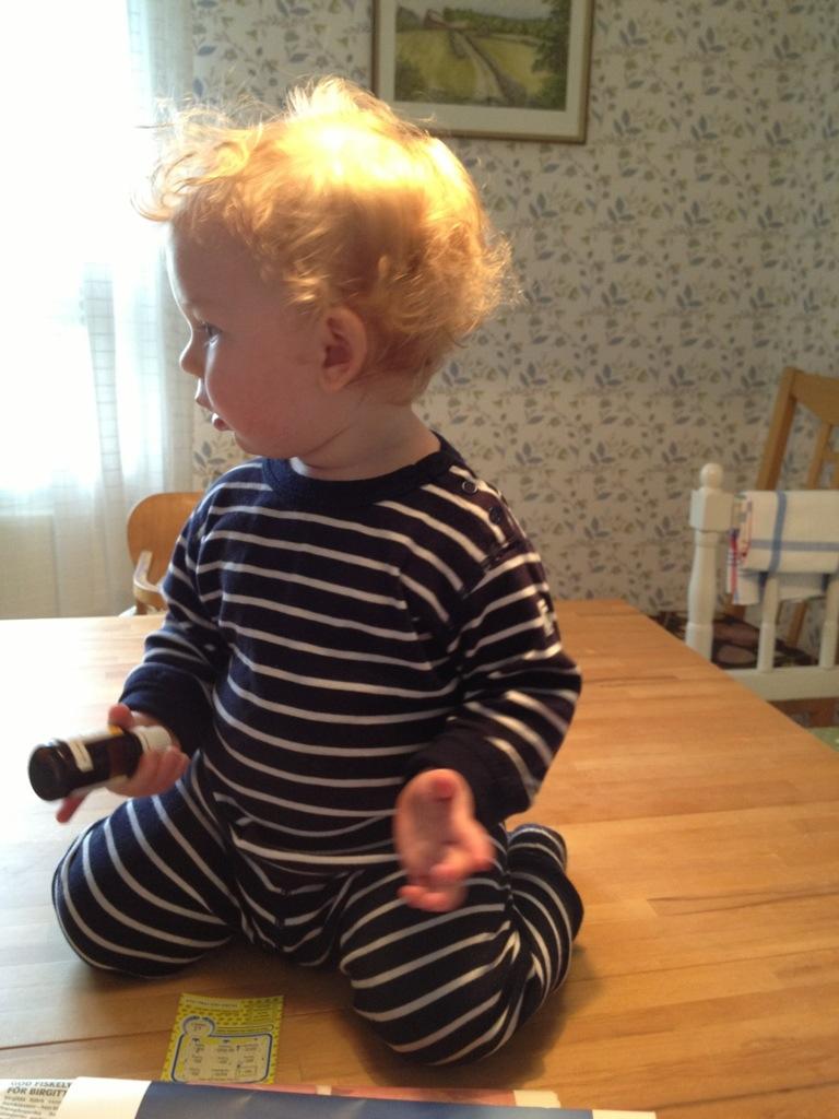 Ivar sitter mitt på matbordet.