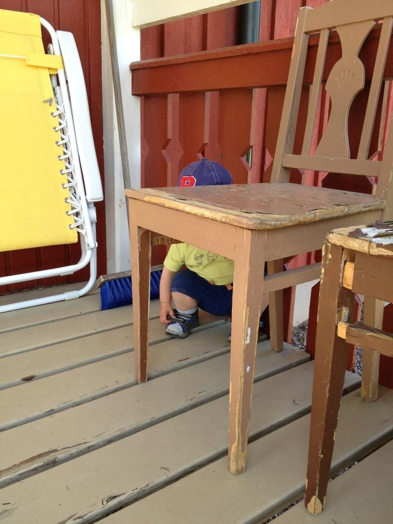 Ivar hukar bakom en stol.