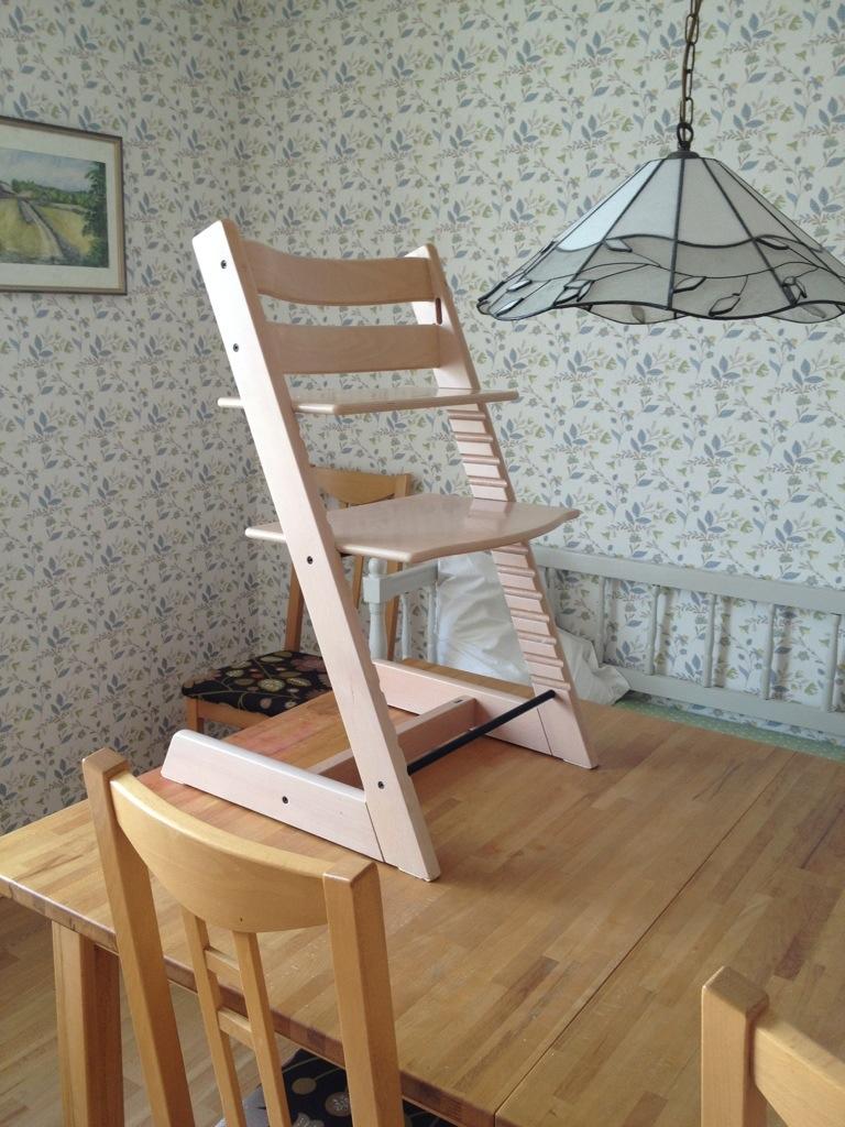 Ivars barnstol står på köksbordet.
