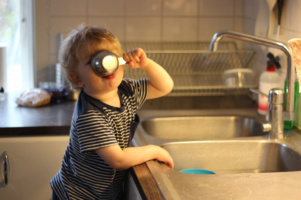 Ivar dricker diskvatten ur ett decilitermått.