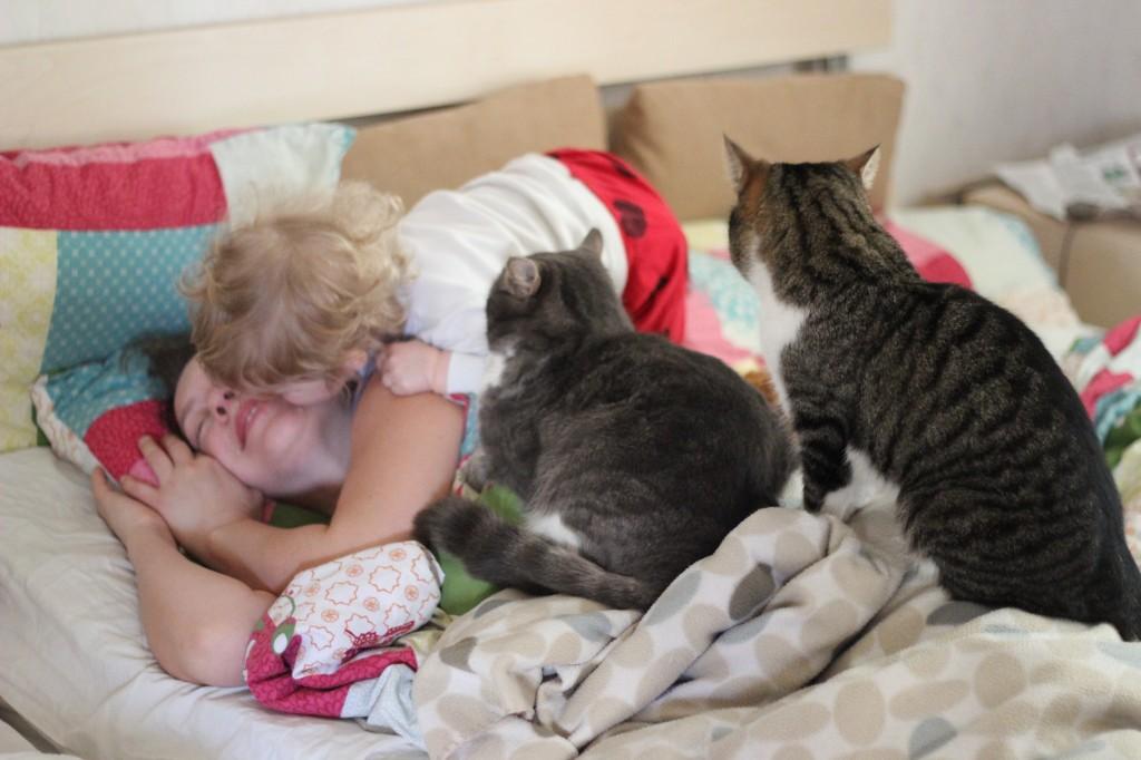 Jag ligger i sängen. Blixten och Bengtson sitter på mig. Ivar sitter bredvid  mig och lutar sig ner och pussar mig på kinden.