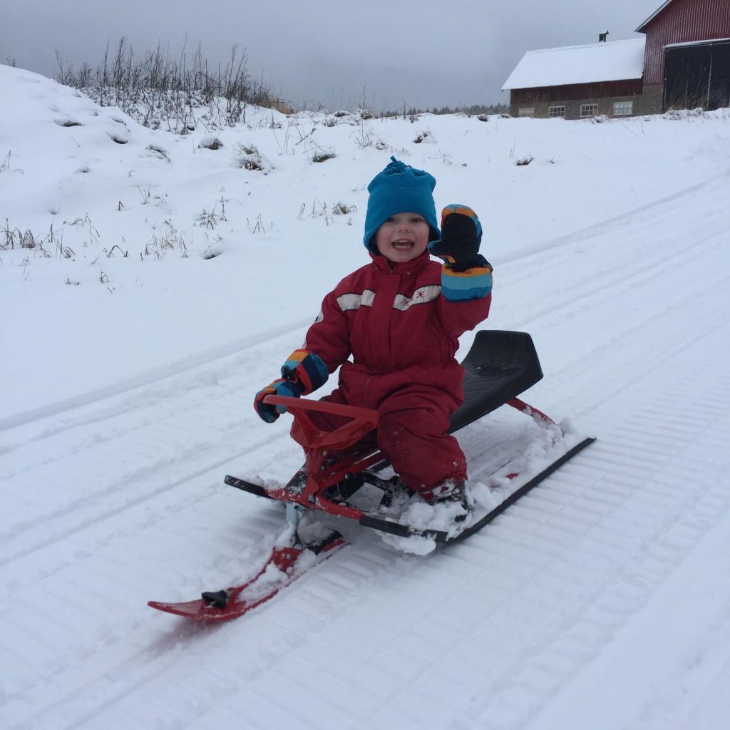 Ivar åker snowracer och vinkar