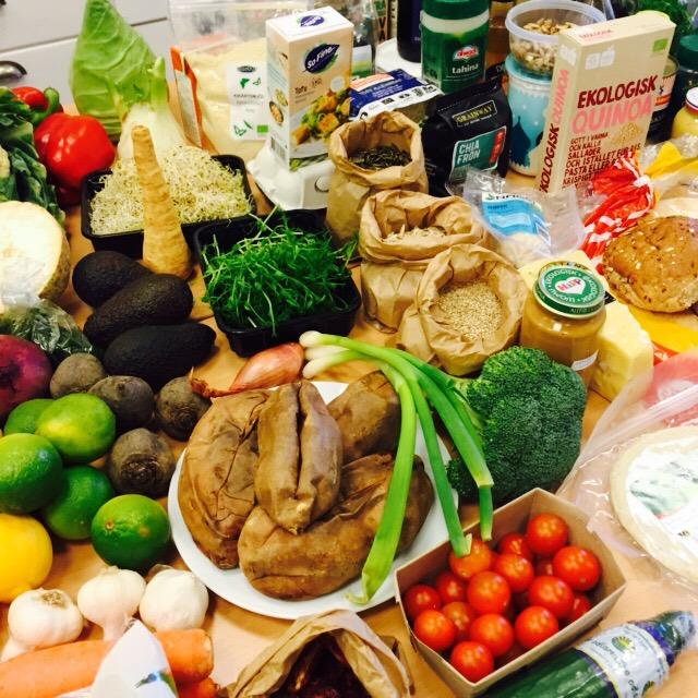 Färgsprakande grönsaker, papperspåsar med nötter och andra matförpackningar står tätt packade.