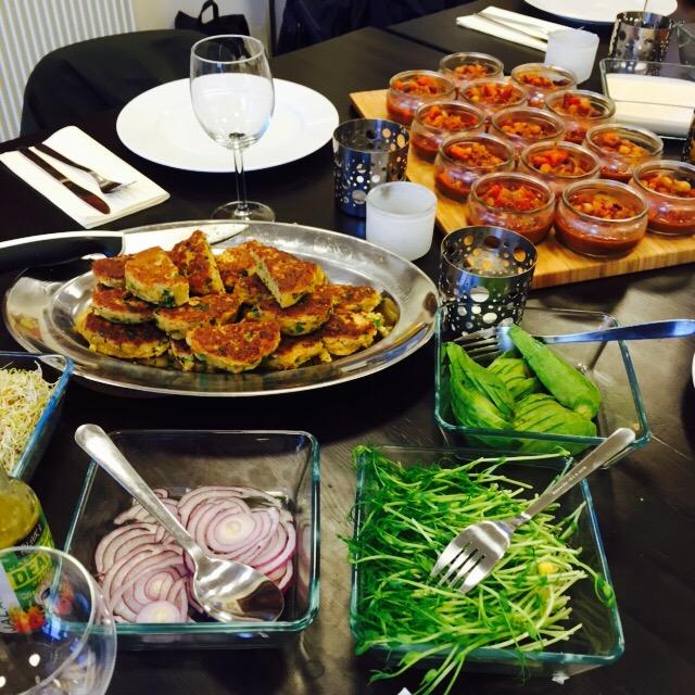 Ett dukat bord med några maträtter.