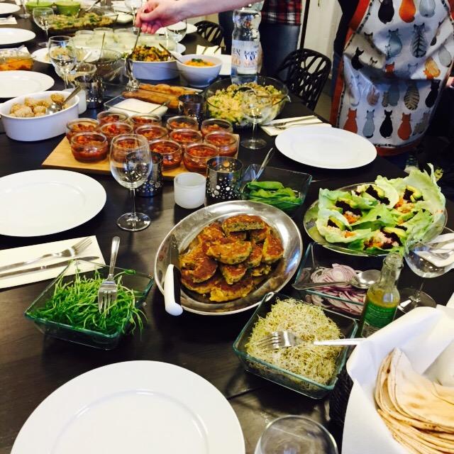 Del av ett bord med många maträtter på.