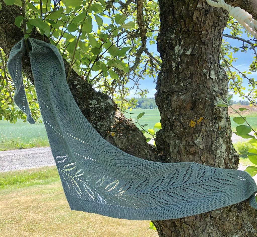 Sjalen Silverleaf upphängd över en grov gren i ett äppelträd.